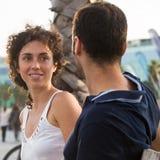 Femme avec les cheveux bouclés se reposant sur un banc Image libre de droits