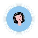 Femme avec les cheveux foncés avec des écouteurs avec le microphone Icône plate Photographie stock
