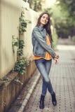 Femme avec les cheveux intéressants portant les vêtements sport à l'arrière-plan urbain Photographie stock
