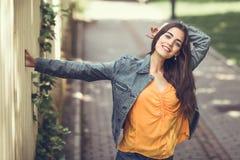 Femme avec les cheveux intéressants portant les vêtements sport à l'arrière-plan urbain photos libres de droits