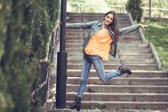 Femme avec les cheveux intéressants portant les vêtements sport à l'arrière-plan urbain photographie stock libre de droits