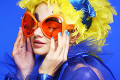 Femme avec les cheveux jaunes et les verres carnaval Photo libre de droits