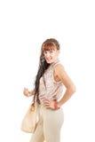 Femme avec les cheveux prolongés de tresses dans le pantalon et la chemise bruns serrés photo stock