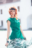 Femme avec les cheveux rouges et la robe verte Photographie stock