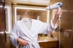 Femme avec les cheveux secs principaux invisibles dans la salle de bains photographie stock libre de droits