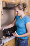 Femme avec les couvercles de mise en boîte Photo stock
