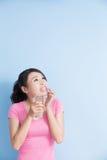 Femme avec les dents sensibles Photographie stock