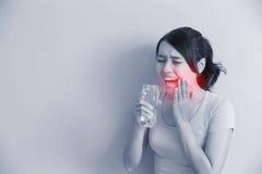 Femme avec les dents sensibles Photo libre de droits