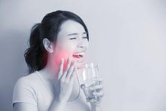 Femme avec les dents sensibles Photos stock