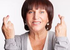Femme avec les doigts croisés Photo stock