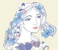 Femme avec les fleurs bleues Photographie stock