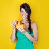 Femme avec les fraises mûres Image stock