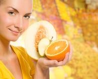Femme avec les fruits frais Photographie stock