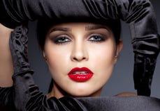 Femme avec les gants noirs Images stock