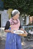 Femme avec les harengs crus Photographie stock