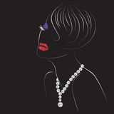 Femme avec les lèvres, les yeux et le collier de diamants brillants Photo libre de droits