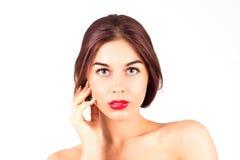 Femme avec les lèvres rouges touchant la joue Composez avec les lèvres rouges Photos stock
