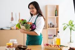 Femme avec les légumes frais Images libres de droits