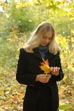 Femme avec les lames jaunes d'érable Photo libre de droits