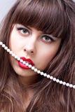 Femme avec les languettes rouges Photo stock