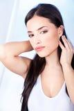 Femme avec les languettes sensuelles Photo stock