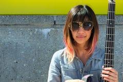 Femme avec les lunettes de soleil et la guitare Photos libres de droits