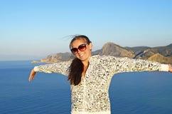 Femme avec les mains augmentées sur le fond de mer Scène marine avec la photo modèle femelle Jeune fille en vacances Paysage mari images libres de droits