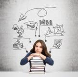 Femme avec les mains et la tête sur la pile de la pensée de livres Images libres de droits