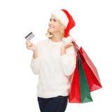 Femme avec les paniers et la carte de crédit Photographie stock libre de droits