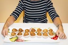 Femme avec les petits pains faits à la maison Photos stock