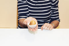 Femme avec les petits pains faits à la maison Photographie stock