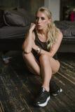Femme avec les pieds nus dans des espadrilles noires Images stock