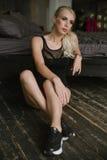 Femme avec les pieds nus dans des espadrilles noires Photographie stock libre de droits
