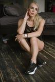 Femme avec les pieds nus dans des espadrilles noires Image stock