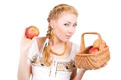 Femme avec les pommes rouges Images stock