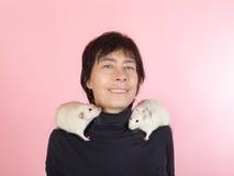 Femme avec les rats domestiques Images stock