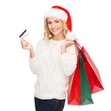 Femme avec les sacs à provisions et la carte de crédit Photo stock