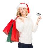 Femme avec les sacs à provisions et la carte de crédit Photos stock