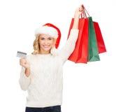 Femme avec les sacs à provisions et la carte de crédit Photo libre de droits