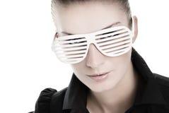 Femme avec les sunglusses élégants Photo stock