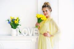 Femme avec les tulipes jaunes Photographie stock libre de droits