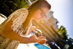 Femme avec les verres de soleil et le téléphone intelligent photographie stock
