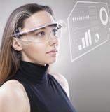 Femme avec les verres fut?s futuristes photos stock