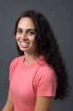 Femme avec les yeux verts et le long, ondulé cheveu Photographie stock libre de droits