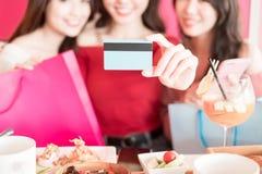 Femme avec par la carte de crédit Images libres de droits
