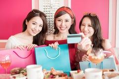 Femme avec par la carte de crédit Image stock