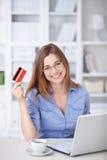 Femme avec par la carte de crédit Photographie stock