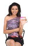 Femme avec par la carte de crédit rose Photographie stock libre de droits
