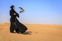 Femme avec Peregrine Falcon Photos stock