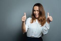 Femme avec plaisir heureuse montrant l'optimisme Photo stock